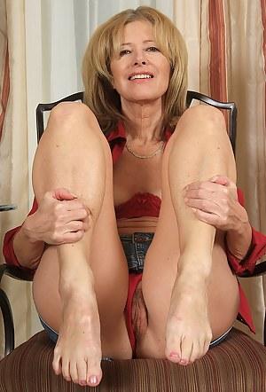 MILF Legs Porn Pictures